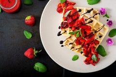 Belgia opłatki z truskawkami, czekoladą i syropem, fotografia royalty free