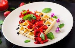 Belgia opłatki z truskawkami, czekoladą i syropem, obrazy stock