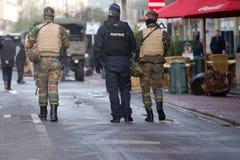 Belgien armé som patrullerar på en gata nära avenyn Louise i centret av Bryssel på November 22, 2015 Arkivfoto