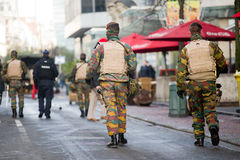 Belgien armé som patrullerar på en gata nära avenyn Louise i centret av Bryssel på November 22, 2015 Arkivbild