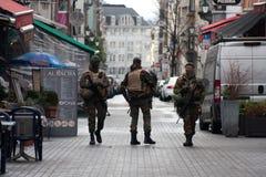 Belgien armé som patrullerar på en gata nära avenyn Louise i centret av Bryssel på November 22, 2015 Royaltyfri Fotografi