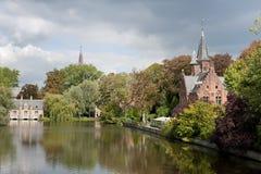 Belgien bruges slottminnewater Arkivfoto