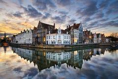 Belgien bruges solnedgång Arkivbild
