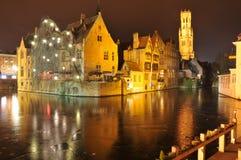 Belgien brugge nattsikt Arkivbild