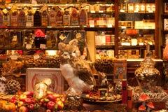 BELGIEN BRYSSEL - SEPTEMBER 06, 2014: Decorated shoppar traditionell belgisk sötsaker och choklad för fönsterförsäljningar Arkivfoton