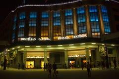 BELGIEN BRYSSEL - SEPTEMBER 06, 2014: Nattsikt av byggnad i blåa panelljus av den centrala järnvägsstationen Arkivbilder