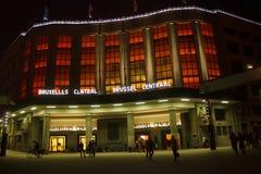 BELGIEN BRYSSEL - SEPTEMBER 06, 2014: Nattsikt av byggnad i röda panelljus av den centrala järnvägsstationen Arkivbilder