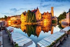Belgien - historisk mitt av den Bruges flodsikten Gamla Brugge bu Arkivfoton