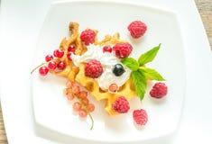 Belgijscy gofry z batożyć kremowymi i świeżymi jagodami Zdjęcie Stock