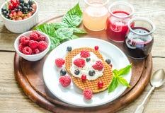 Belgijscy gofry z batożyć kremowymi i świeżymi jagodami Fotografia Stock