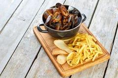 Belgijscy mussels w białym winie z pomidorami, croutons i francuzów dłoniakami, obraz royalty free