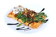 Belgijski gofr z croutons, ziele i serem odizolowywającymi na bielu, fotografia stock