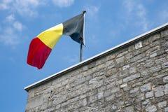 Belgische Flagge in der Spitze der Zitadelle Dinant Lizenzfreies Stockfoto