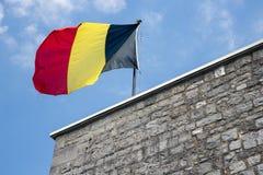 Belgische Flagge in der Spitze der Zitadelle Dinant Stockbild