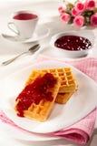 Belgische wafels, jam en thee Stock Afbeeldingen