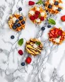Belgische wafels met bessen Stock Fotografie