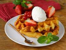 Belgische wafels met bessen (bessen, aardbeien) Royalty-vrije Stock Foto's