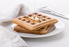 Belgische wafels met honing stock foto