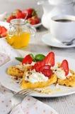 Belgische wafels met slagroom en aardbeien royalty-vrije stock fotografie