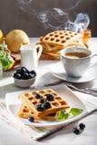 Belgische wafels voor ontbijt met een kop van koffie royalty-vrije stock fotografie
