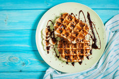 Belgische wafels voor ontbijt op blauwe lijst Hoogste mening Stock Afbeelding