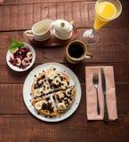 Belgische waffel met sap en koffie royalty-vrije stock afbeelding