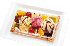 Belgische Waffel mit Frucht, Eiscreme, Schokolade. Stockfoto