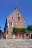 Belgisches mittelalterliches Haus mit Wasserpumpe Lizenzfreies Stockbild