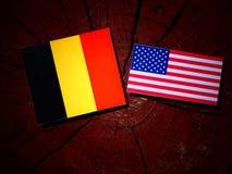 Belgisk flagga med USA flaggan på en trädstubbe royaltyfria foton