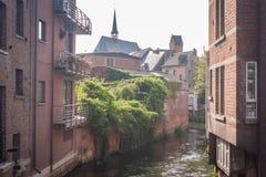 Belgisk kanal på en disig dag royaltyfria bilder