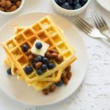 Belgiska dillandear för sund frukost med smör, blåbäret och muttrar Arkivfoto