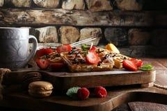 Belgiska dillandear med jordgubbar och hallon som är hemlagade läker Arkivfoton