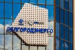 Belgorod, Ρωσία Έμβλημα και κινηματογράφηση σε πρώτο πλάνο λογότυπων στην πρόσοψη καθρεφτών γυαλιού της οικοδόμησης Belgorodenerg Στοκ φωτογραφία με δικαίωμα ελεύθερης χρήσης