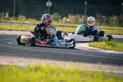 Belgorod Rosja, Sierpień, - 13: niezidentyfikowani piloci współzawodniczą na śladzie przy sportami karting serii Rotax max filiża Obrazy Stock