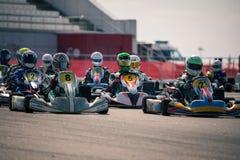 Belgorod, Rusia - 13 de agosto: los pilotos no identificados compiten en la pista en los deportes karting la Royal Air Force máxi imagen de archivo libre de regalías