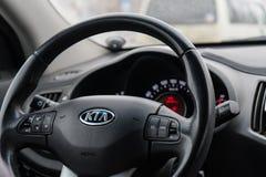 Belgorod, Rusia 11 de febrero de 2018: hombre que conduce KIA Foto que dirige el primer del coche imagen de archivo libre de regalías