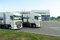 Belgorod, Rusia, el 29 de julio de 2018: Dos camiones los coches se parquean cerca de la representación fotografía de archivo libre de regalías