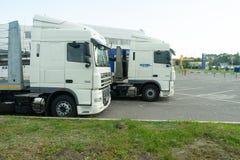 Belgorod, Rusia, el 29 de julio de 2018: Dos camiones los coches se parquean cerca de la representación fotos de archivo libres de regalías