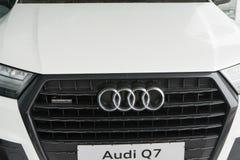 Belgorod, Rusland - December 13, 2017: het radiatortraliewerk van Audi Q7 Close-upfoto van het traliewerk van het autobedrijf Aud royalty-vrije stock afbeeldingen