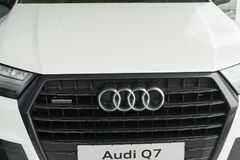 Belgorod, Russia - 13 dicembre 2017: la griglia di radiatore di Audi Q7 Foto del primo piano della griglia della società di autom immagini stock libere da diritti