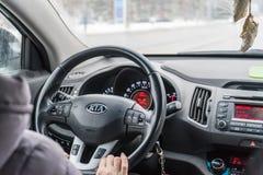 Belgorod, Russia 11 febbraio 2018: uomo che guida KIA Foto che dirige il primo piano dell'automobile immagine stock