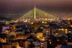Belgrad-Panorama mit Ada Bridge bis zum Nacht Stockbild