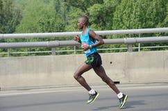 BELGRAD, SERBIEN - 22. APRIL: Ein nicht identifizierter Mann läuft in 30. Belgrad-Marathon Stockbilder