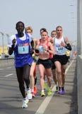 BELGRAD, SERBIEN - 22. APRIL: Eine Gruppe Marathonkonkurrenten während des 30. Belgrad-Marathons Stockfoto