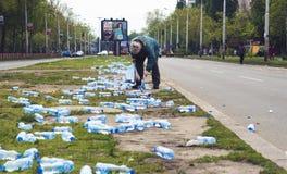 BELGRAD, SERBIEN, am 22. April 2017 - Frau, die Flaschen von sammelt Lizenzfreie Stockbilder
