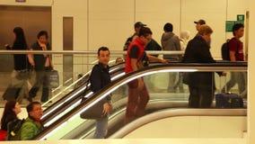 BELGRAD, SERBIEN - FEBRUAR 2014: Ansicht von Leuten auf der Rolltreppe in Hamad International Airport Hamad International Airport stock video