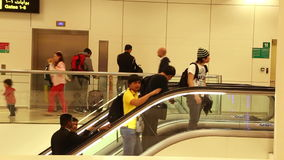 BELGRAD, SERBIEN - FEBRUAR 2014: Ansicht von Leuten auf der Rolltreppe in Hamad International Airport Hamad International Airport stock footage