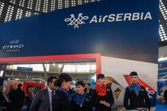 BELGRAD, SERBIEN - 25. FEBRUAR 2017: Luft-Serbien-Personal, das auf dem Fördermaschine ` s Stand während der Belgrad-Tourismusbör Stockfoto