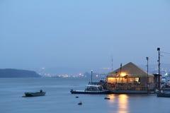 BELGRAD, SERBIEN - 7. MÄRZ 2015: Restaurant-Boot splav auf Serben auf der Donau vom disctrict von Zemun am Abend Lizenzfreies Stockfoto