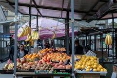 BELGRAD, SERBIEN - 25. MAI 2017: Frauen, die Zitronen und Banane der Früchte hauptsächlich auf einem Stand auf Markt Bajlonijeva  Lizenzfreies Stockfoto